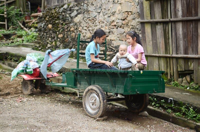 Niños chinos de la minoría imagen de archivo