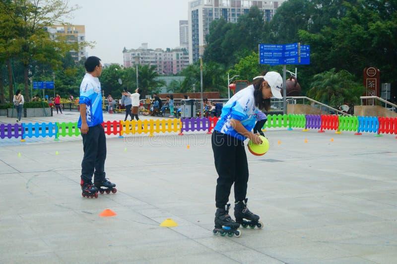 Niños chinos en patinaje sobre ruedas del entrenamiento foto de archivo