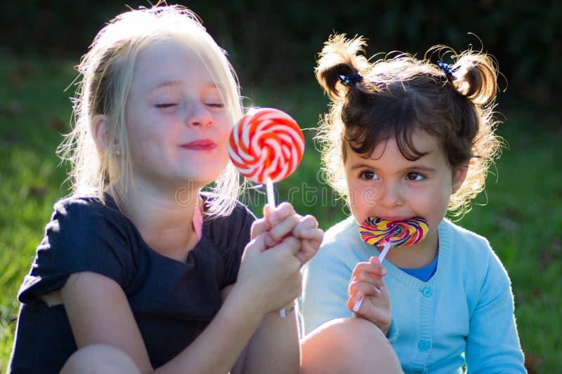Niños con el caramelo del lollipop fotografía de archivo