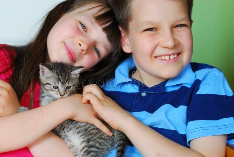 Niños con el gatito fotografía de archivo