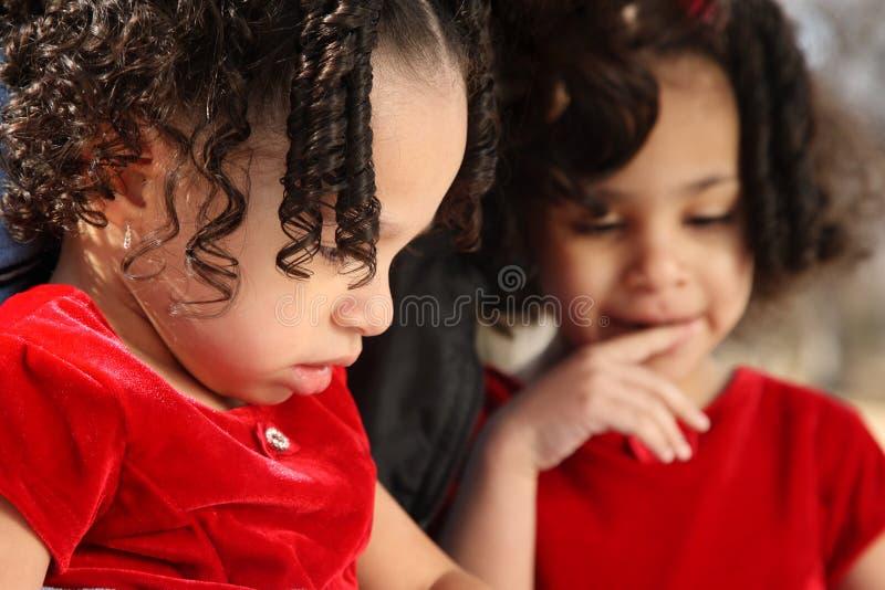 Niños con el libro foto de archivo
