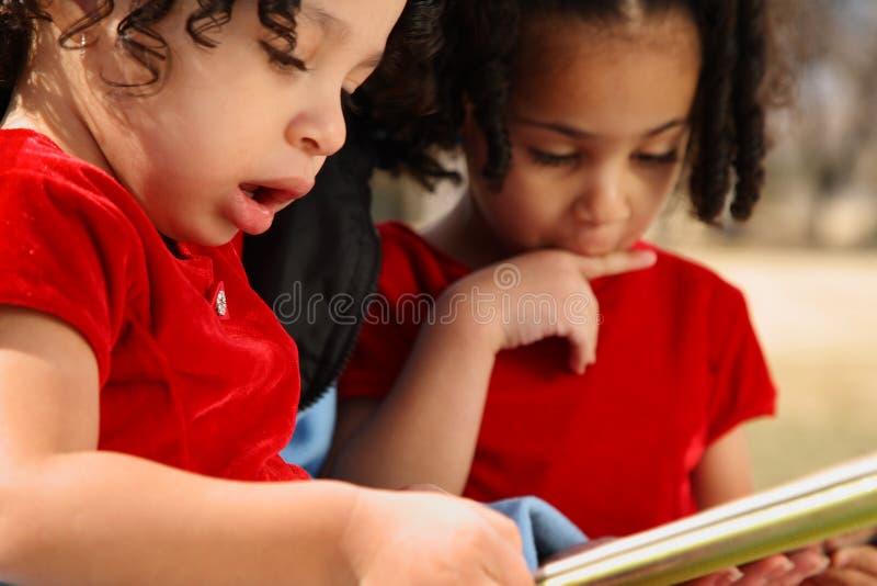 niños con el libro imagenes de archivo