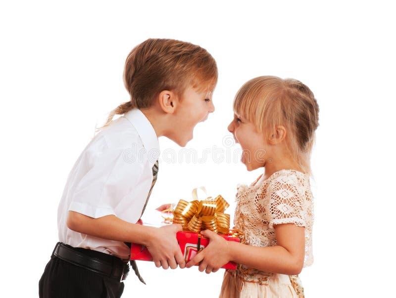Niños con el rectángulo de regalo fotos de archivo