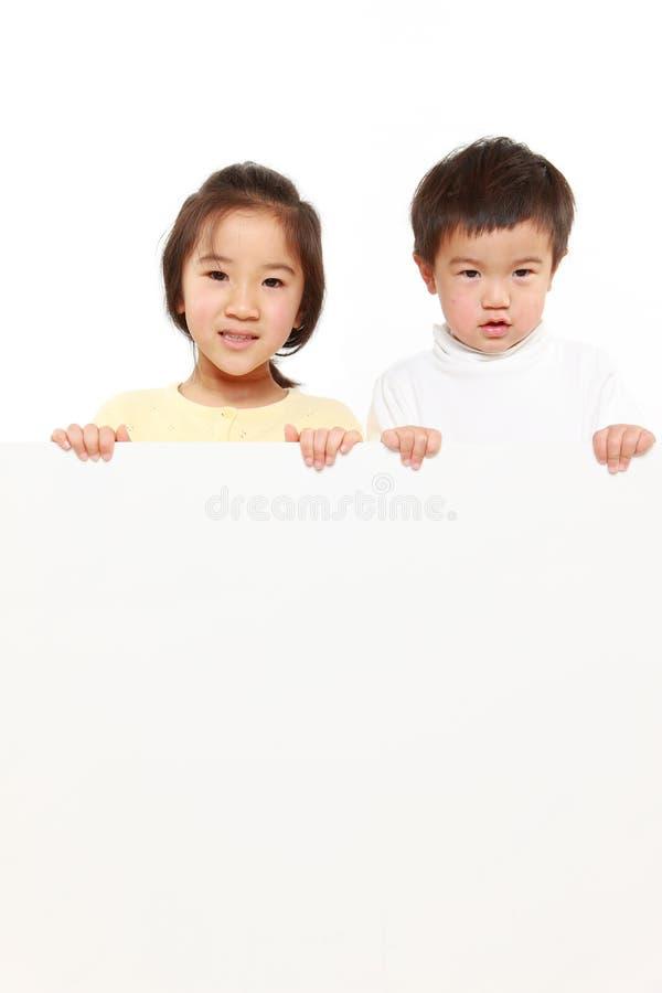 Niños con el tablero blanco imagen de archivo libre de regalías