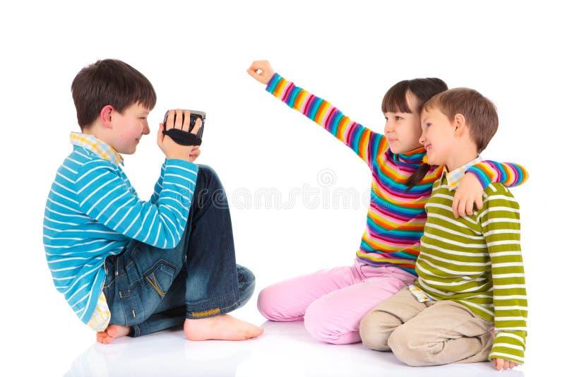 Niños con el video fotos de archivo