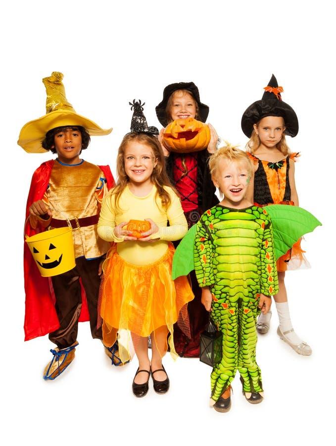 Niños con la calabaza y en disfraces de Halloween foto de archivo libre de regalías
