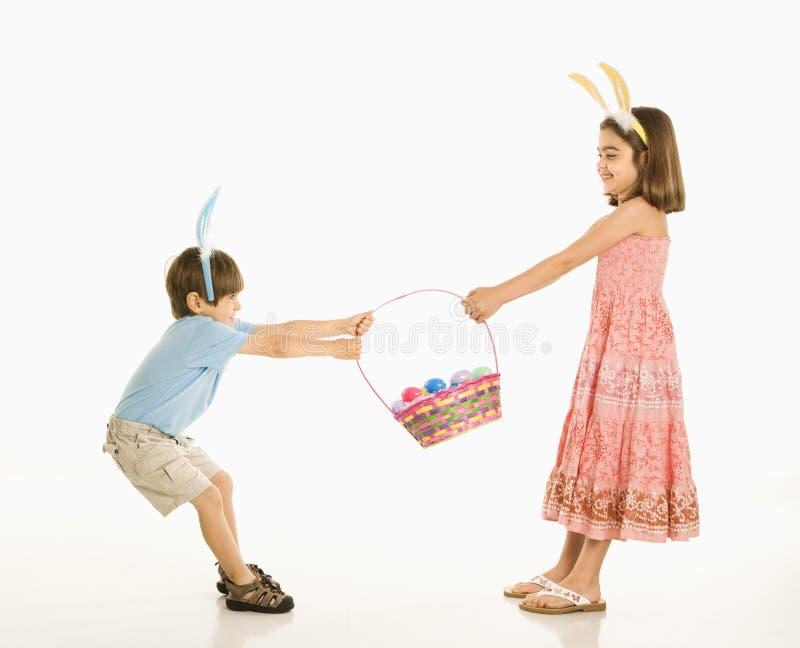 Niños con la cesta de Pascua. imagen de archivo libre de regalías