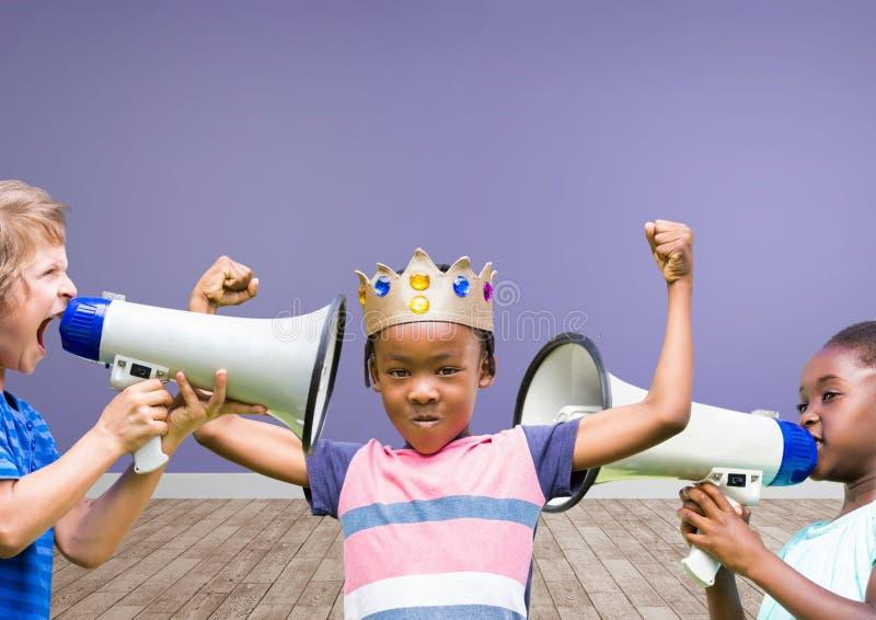 niños con la corona con los megáfonos en fondo en blanco del sitio imagenes de archivo