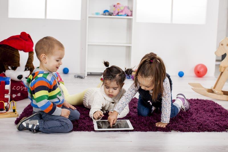 Niños con la tablilla foto de archivo libre de regalías