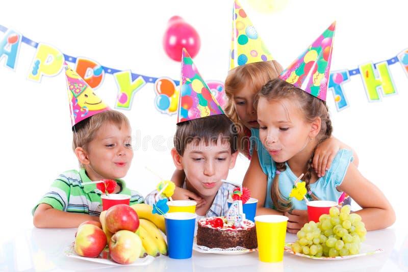 Niños con la torta de cumpleaños fotografía de archivo libre de regalías