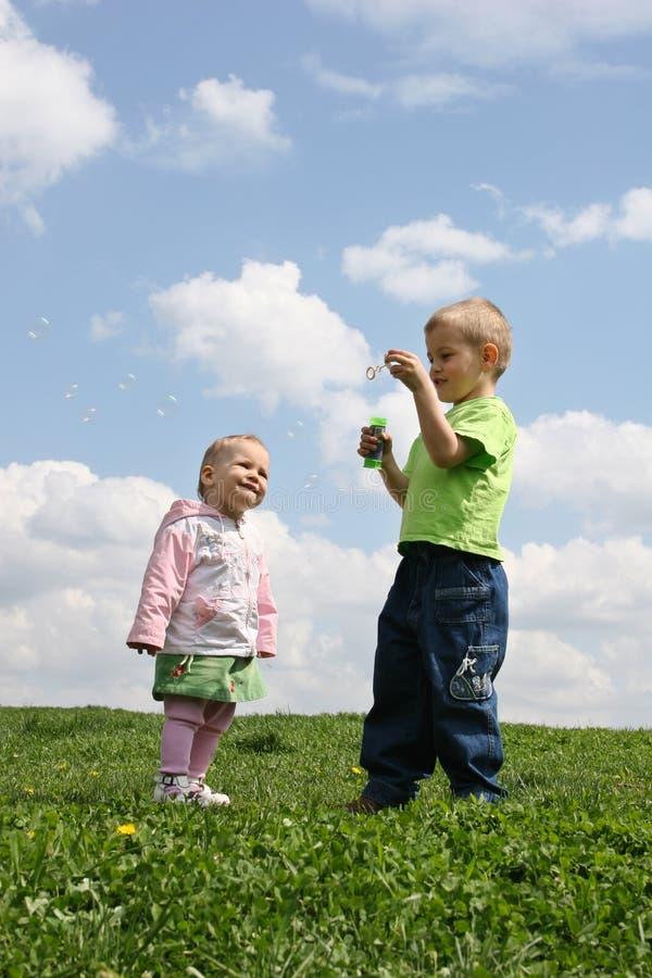 Niños con las burbujas de jabón imagen de archivo libre de regalías