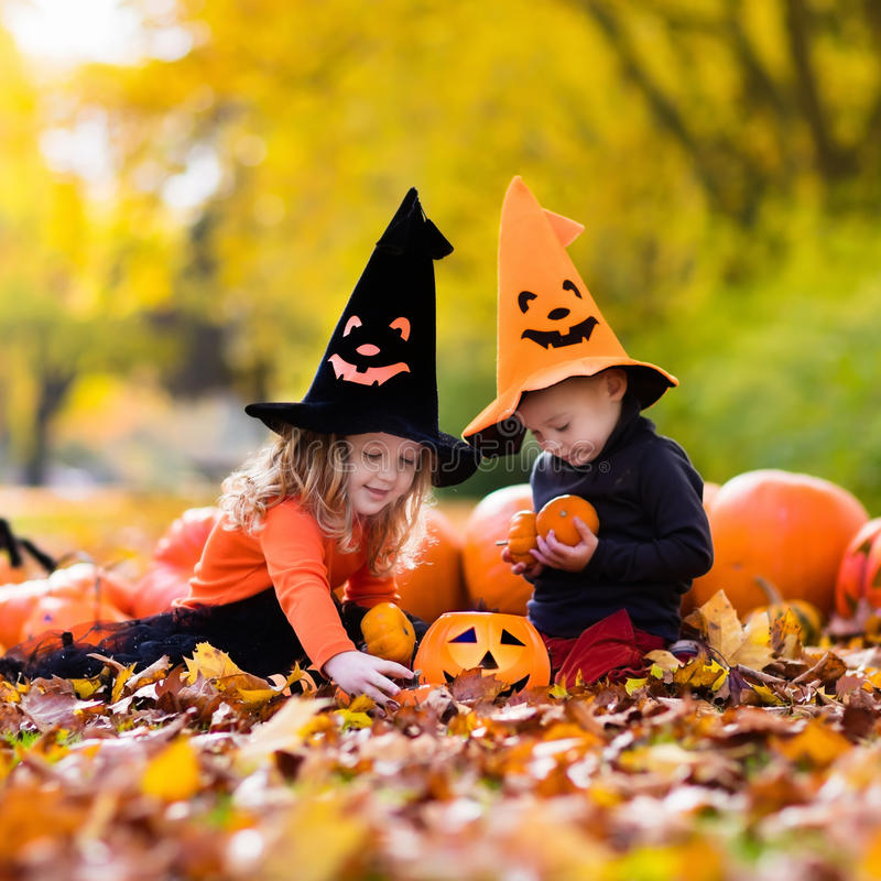 Niños con las calabazas en Halloween imagenes de archivo