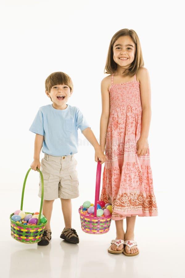 Niños con las cestas de Pascua. foto de archivo libre de regalías