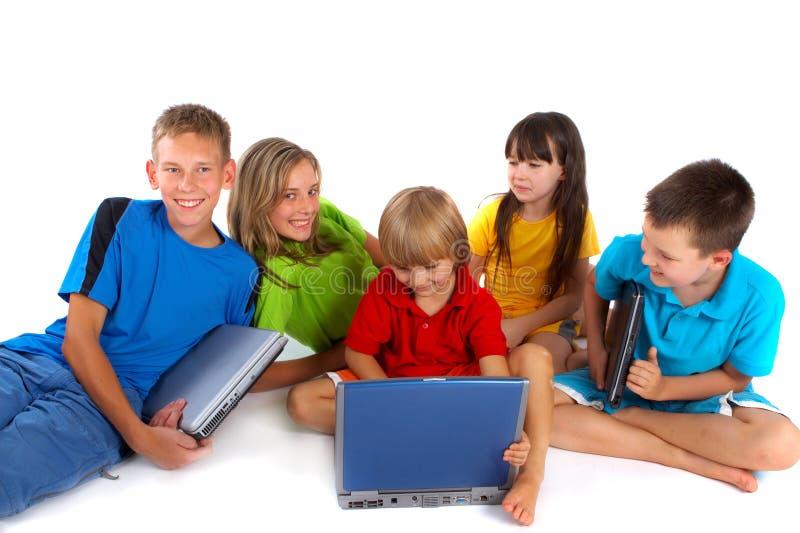 Niños con las computadoras portátiles imágenes de archivo libres de regalías