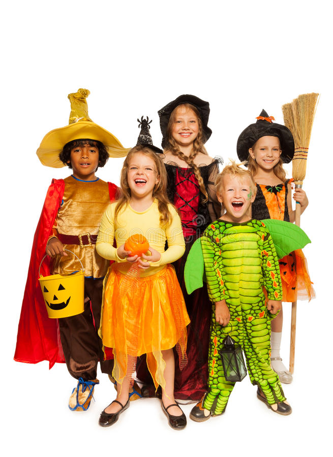 Niños con las cualidades de Halloween en trajes de la etapa imagenes de archivo