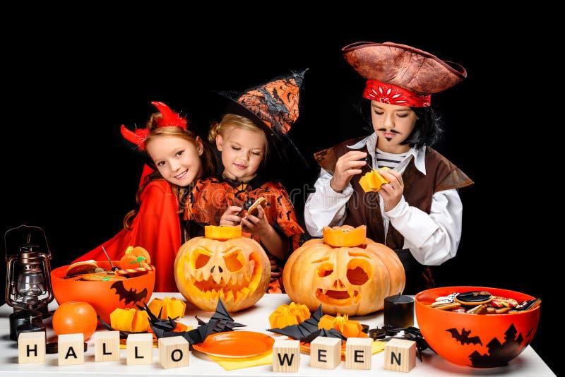 Niños con las linternas del enchufe o de Halloween foto de archivo libre de regalías