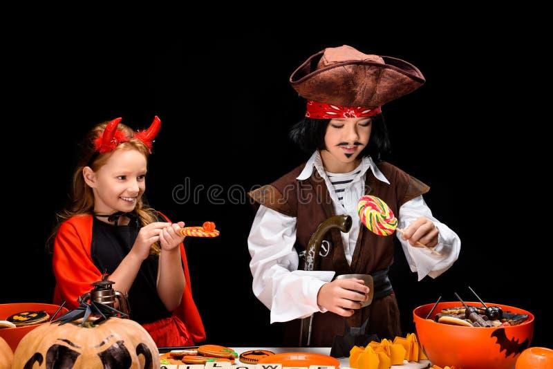 Niños con los dulces de Halloween imagenes de archivo