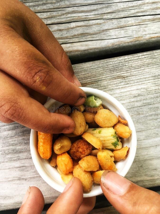 Niños con los fingeres sucios que asen una nuez de un pequeño cuenco imágenes de archivo libres de regalías