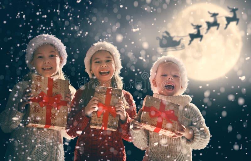 Niños con los presentes de Navidad foto de archivo libre de regalías