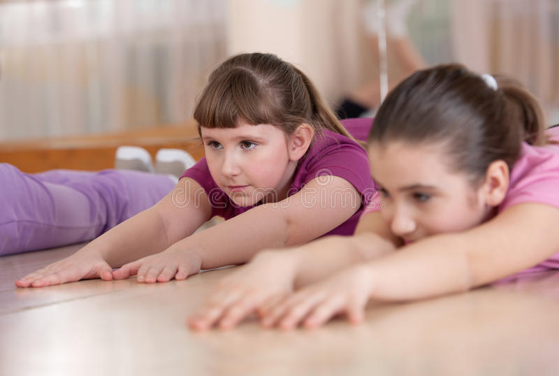 Niños contratados al entrenamiento físico. Dentro. imagen de archivo