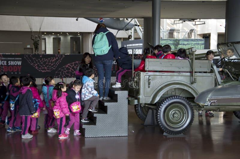 Niños coreanos en el monumento de guerra de Corea imagen de archivo libre de regalías