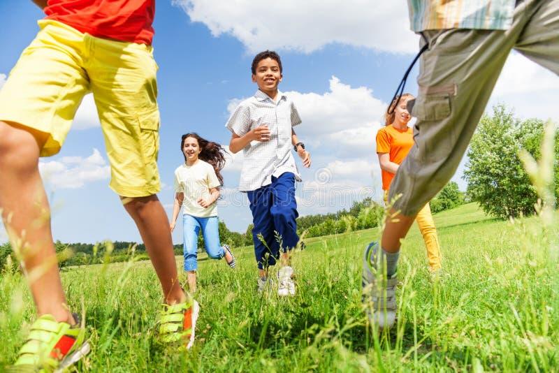 Niños corrientes junto que juegan afuera imagen de archivo