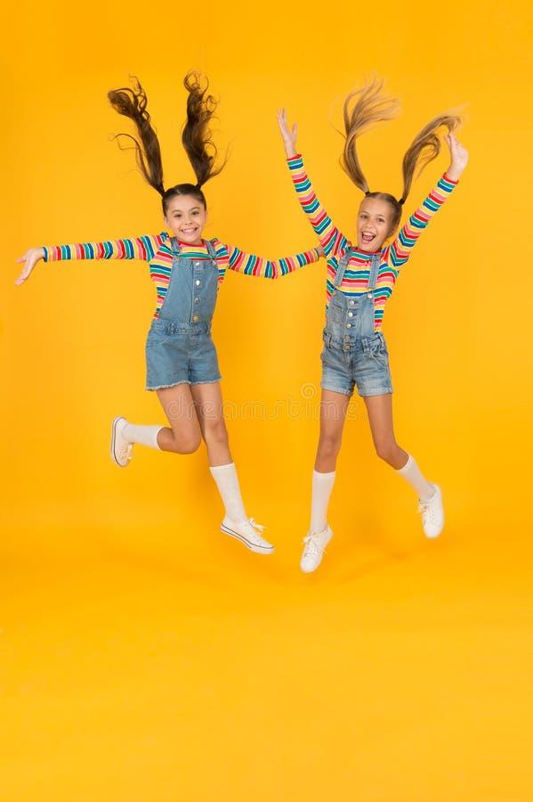 Niños cortos con los mismos trajes Moderno y elegante Niños emocionales Tienda de moda Debe tener accesorio Moda moderna Niños imagenes de archivo