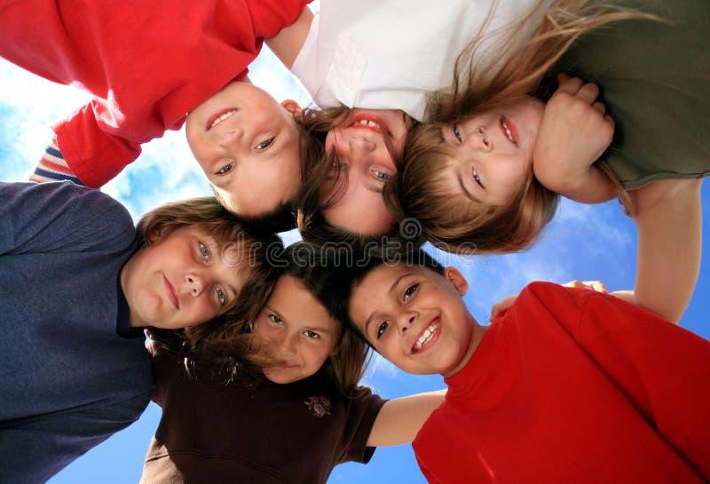 Niños curiosos que miran el espectador imagen de archivo libre de regalías