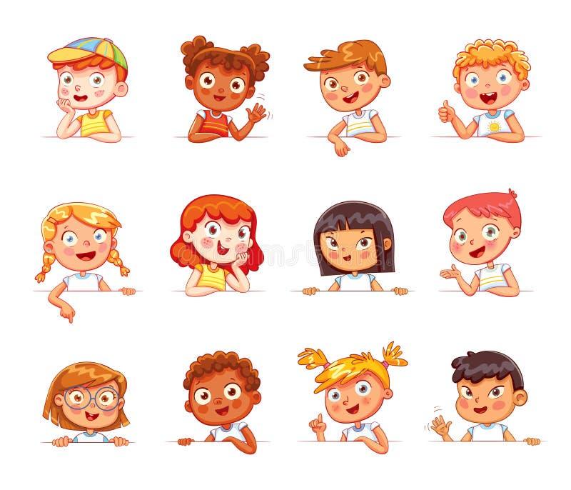 Niños de diversas nacionalidades y diversos de gestos que llevan a cabo al tablero blanco vacío ilustración del vector