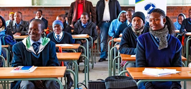 Niños de escuela secundaria africanos en sala de clase fotos de archivo