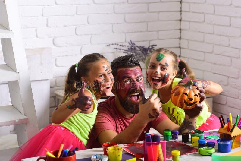 Niños de Halloween con la cara feliz en pintura foto de archivo libre de regalías