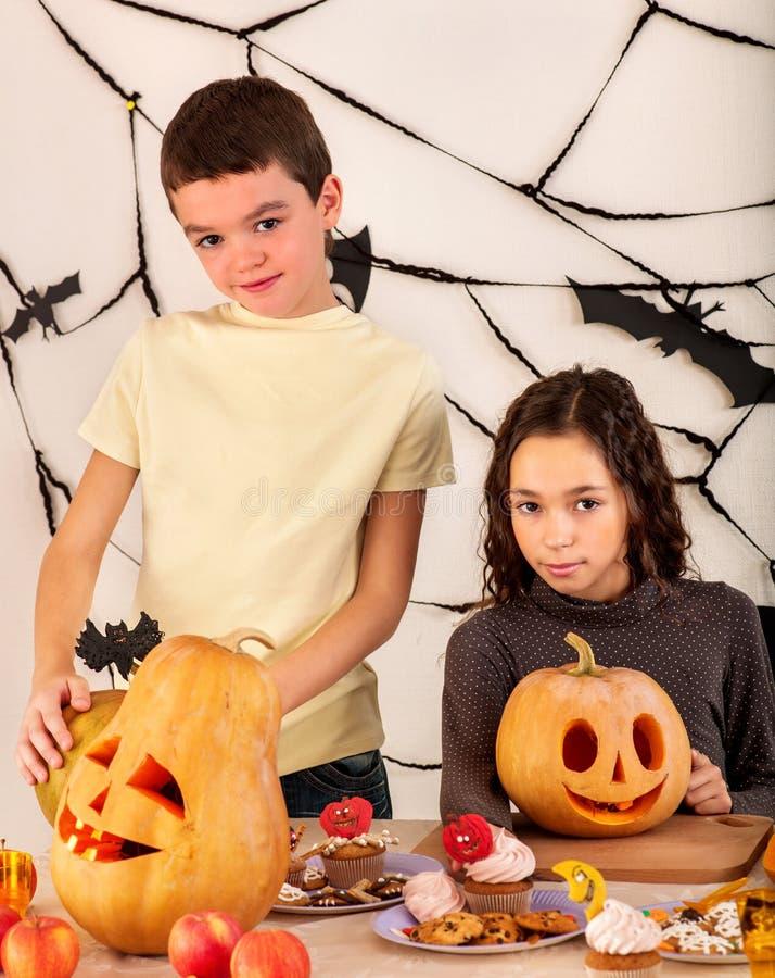 Niños de Halloween que sostienen la calabaza tallada imágenes de archivo libres de regalías