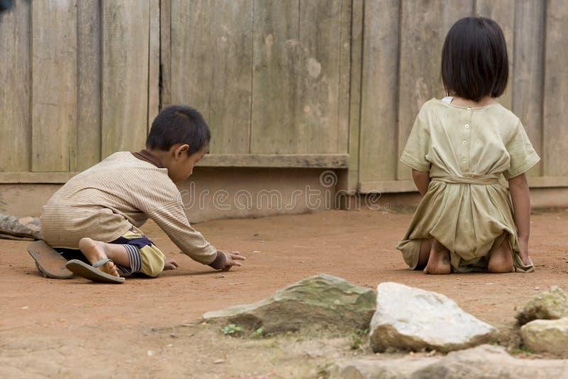 Niños de Hmong al jugar en Laos foto de archivo