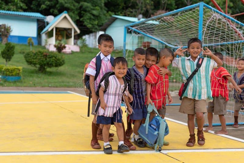Niños de Karen de la escuela de Banbongtilang imagen de archivo