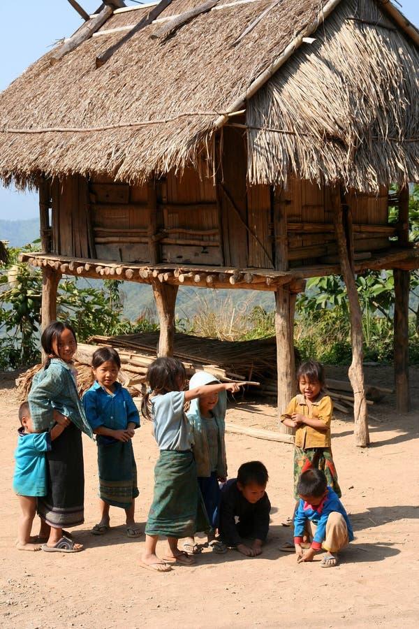 Niños de la aldea imagenes de archivo