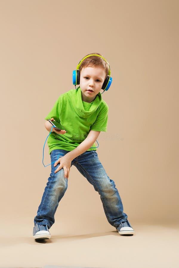 Niños de la danza de rotura poco bailarín de la rotura que muestra sus habilidades en danc fotos de archivo libres de regalías