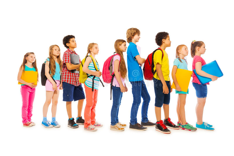 Niños de la escuela con las mochilas y los libros de texto fotografía de archivo