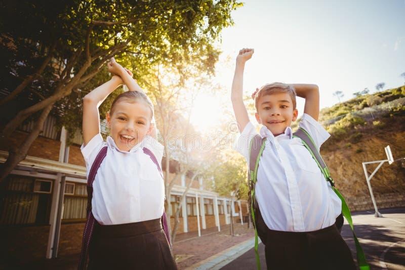 Niños de la escuela que se divierten en campus fotos de archivo