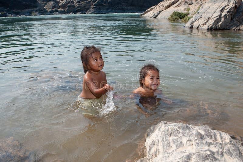 Niños de la nadada de Asia en el río fotografía de archivo libre de regalías