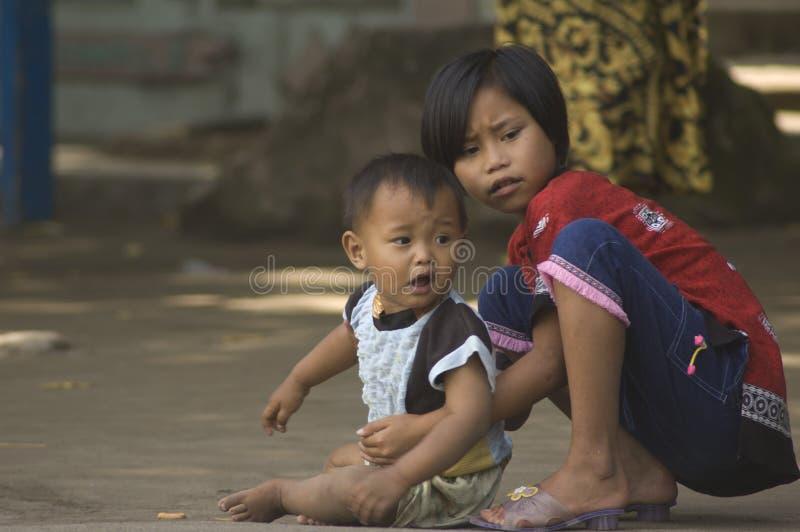 NIÑOS DE LA POBLACIÓN DE INDONESIA foto de archivo