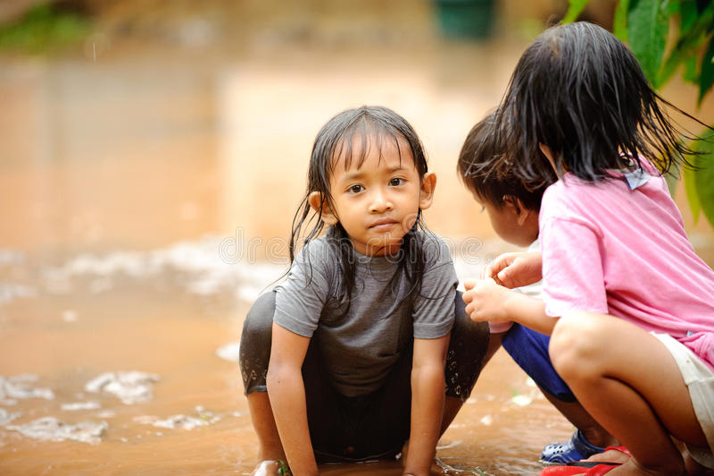 Niños de la pobreza, inundación imágenes de archivo libres de regalías