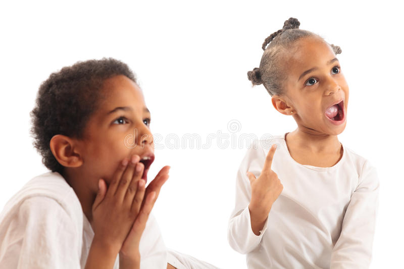 Niños de la raza mixta que parecen asombrados imagenes de archivo