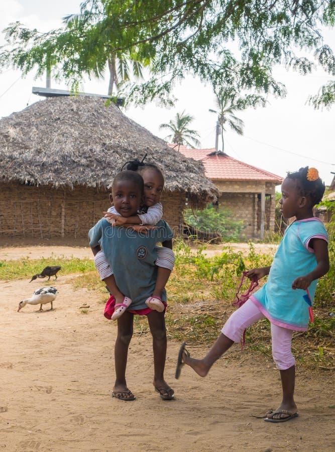 Niños de Pokomo que juegan en el pueblo de Ngao, Kenia imagen de archivo libre de regalías