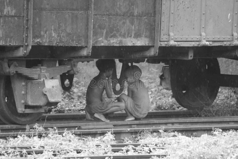 niños debajo del tren foto de archivo libre de regalías