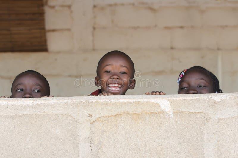 Niños del africano negro que sonríen jugando el espacio de risa de la copia imagen de archivo
