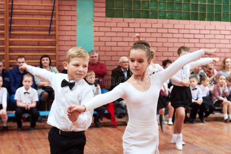Niños del baile de salón de baile imagenes de archivo