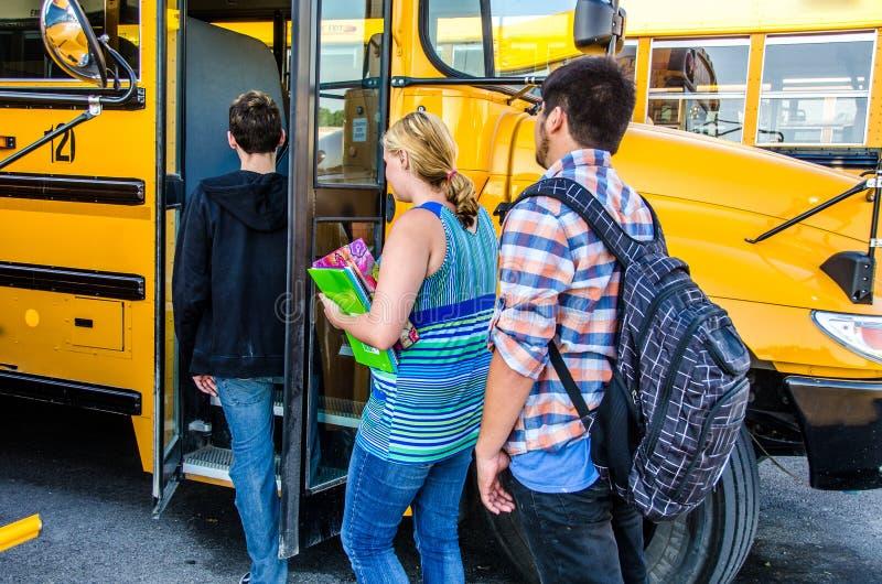 Niños del cargamento del autobús escolar fotografía de archivo libre de regalías