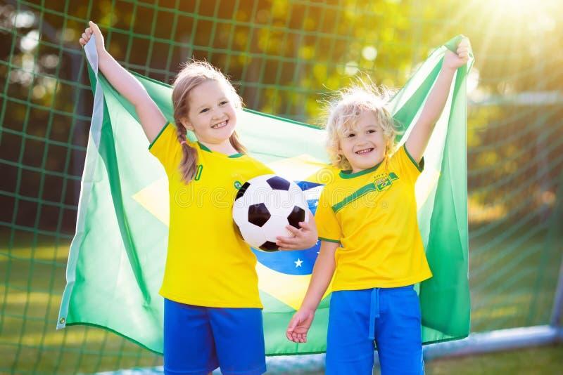 Niños del fanático del fútbol del Brasil Fútbol del juego de niños fotografía de archivo