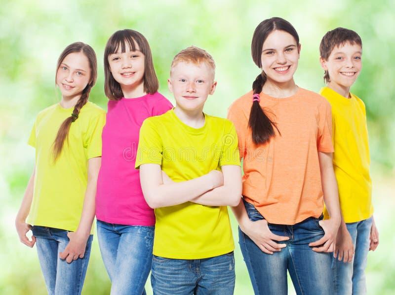 Niños del grupo en el verano imagenes de archivo