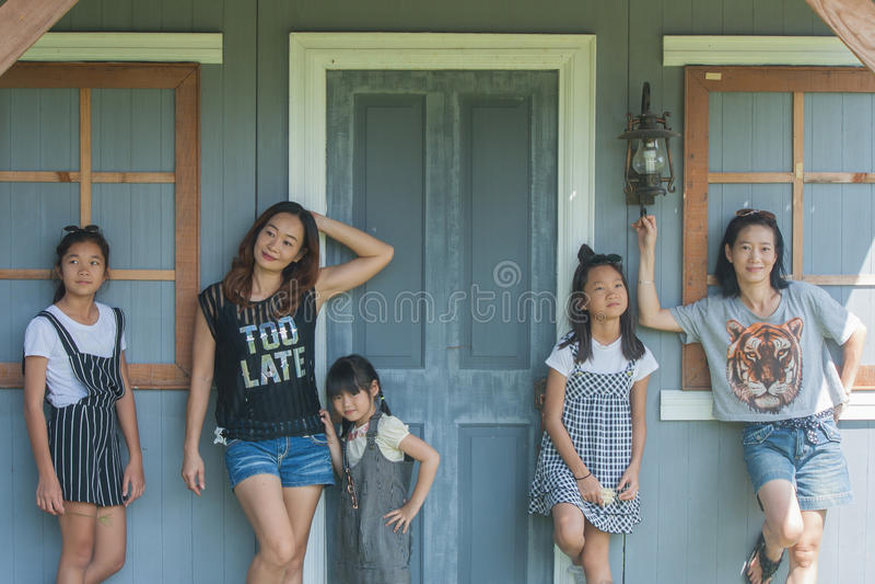 Niños del lanzamiento y retrato asiáticos de la mujer imágenes de archivo libres de regalías